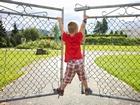 Demir Kapılara Asılan Çocuk