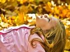 Sarı Yapraklar Arasında Gökyüzüne Bakıyorum
